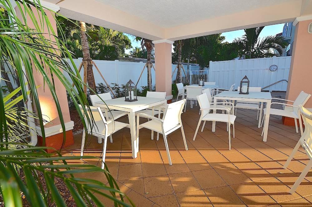 hyrsemesterhus-florida-santa-barbara-pompano-beach-pier-uteplats-pool