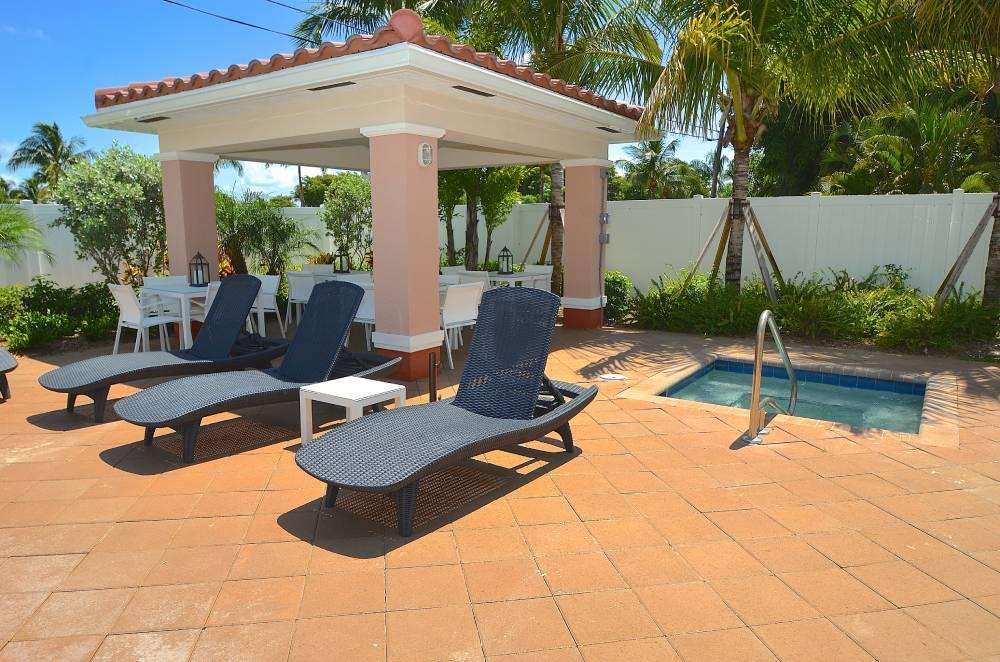 hyrsemesterhus-florida-santa-barbara-villas-spa-pool