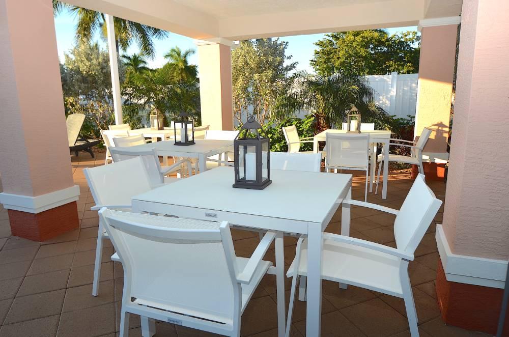 hyrsemesterhus-florida-santa-barbara-villas-uteplats-vid-pool